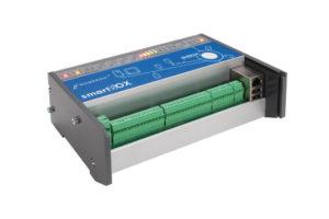 smartBOX to urządzenie służące do zdalnej akwizycji danych z urządzeń pomiarowych (liczniki energii elektrycznej, wody, gazu, analizatory parametrów sieci itp.). Odczyt danych odbywa się za pomocą trzech interfejsów komunikacyjnych w dowolnej konfiguracji. Ponadto urządzenie posiada 16 wejść impulsowych (dwa gniazda po 8 wejść) przeznaczonych do zliczania impulsów z urządzeń pomiarowych, przy czym wejścia te konfigurowane są niezależnie w zakresie: typ wejścia (pasywne lub aktywne), szerokości impulsu oraz jego polaryzacji. Więcej...