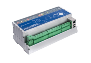 smartBOX2 to urządzenie służące do zdalnej akwizycji danych z urządzeń pomiarowych (liczniki energii elektrycznej, wody, gazu, analizatory parametrów sieci itp.). Odczyt danych odbywa się za pomocą trzech interfejsów komunikacyjnych w dowolnej konfiguracji. Ponadto urządzenie posiada 16 wejść impulsowych (dwa gniazda po 8 wejść) przeznaczonych do zliczania impulsów z urządzeń pomiarowych, przy czym wejścia te konfigurowane są niezależnie w zakresie: typ wejścia (pasywne lub aktywne), szerokości impulsu oraz jego polaryzacji. Więcej...